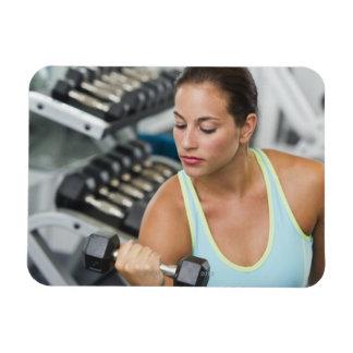 Mujer que ejercita con pesas de gimnasia imanes de vinilo