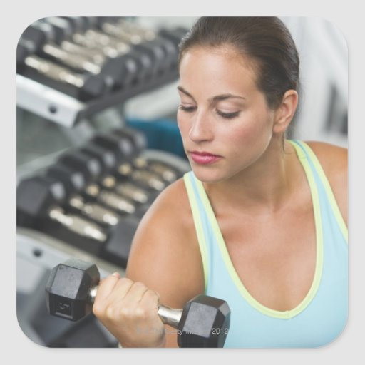 Mujer que ejercita con pesas de gimnasia calcomania cuadradas personalizada
