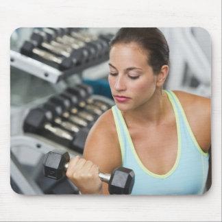 Mujer que ejercita con pesas de gimnasia alfombrilla de raton