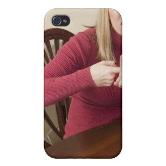 """Mujer que firma la palabra """"alquiler"""" en muestra a iPhone 4 fundas"""
