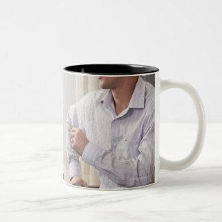 """Mujer que firma la palabra """"fina"""" en muestra ameri taza de café"""