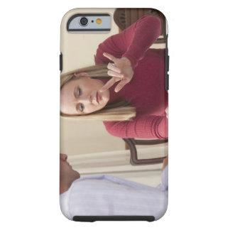Mujer que firma la palabra funda de iPhone 6 tough