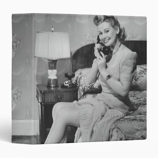 Mujer que habla en el teléfono