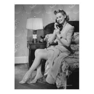 Mujer que habla en el teléfono postal