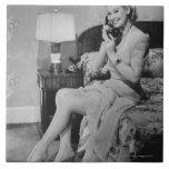 Mujer que habla en el teléfono tejas  cerámicas