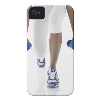 Mujer que hace estocadas con las pesas de gimnasia carcasa para iPhone 4 de Case-Mate