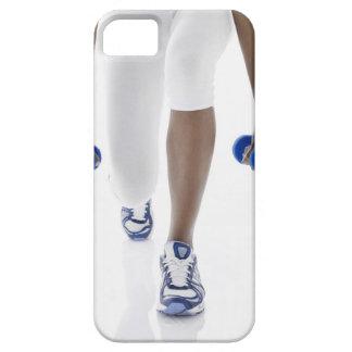 Mujer que hace estocadas con las pesas de gimnasia funda para iPhone SE/5/5s