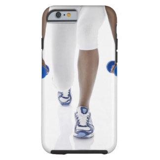 Mujer que hace estocadas con las pesas de gimnasia funda resistente iPhone 6