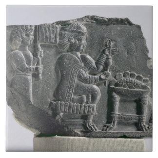 Mujer que hace girar, período Neo-Elamite, c.700-  Azulejo Cuadrado Grande