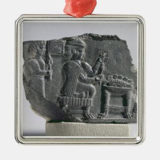 Mujer que hace girar, período Neo-Elamite, c.700- Adorno Cuadrado Plateado