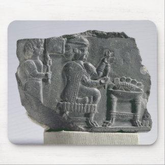 Mujer que hace girar, período Neo-Elamite, c.700-  Tapetes De Ratón
