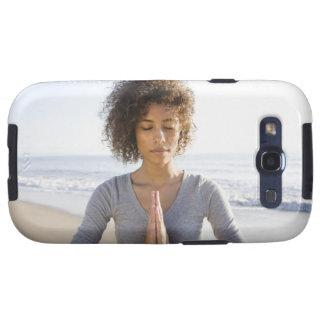 Mujer que hace yoga en la playa galaxy SIII coberturas