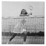 Mujer que juega a tenis azulejo cuadrado grande