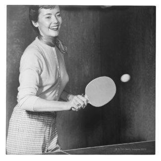 Mujer que juega a tenis de mesa azulejo cuadrado grande