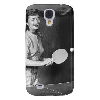 Mujer que juega a tenis de mesa