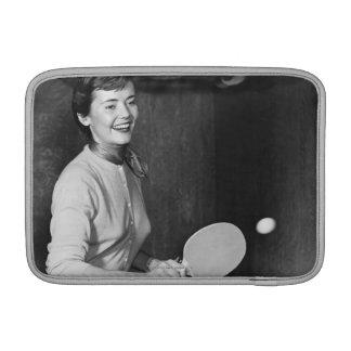 Mujer que juega a tenis de mesa fundas MacBook
