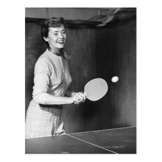 Mujer que juega a tenis de mesa postales