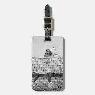 Mujer que juega a tenis etiquetas de maletas