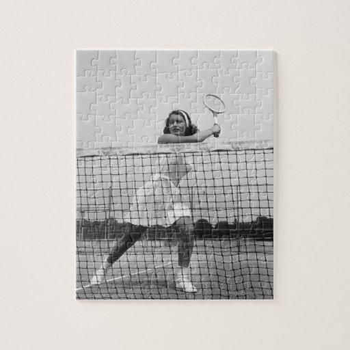 Mujer que juega a tenis puzzles con fotos