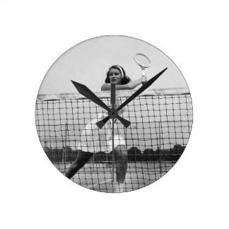 Mujer que juega a tenis reloj redondo mediano