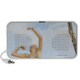 Mujer que juega a voleibol al aire libre mp3 altavoces