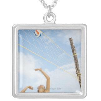 Mujer que juega a voleibol al aire libre pendientes personalizados