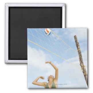 Mujer que juega a voleibol al aire libre imán de frigorífico