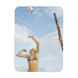 Mujer que juega a voleibol al aire libre iman flexible
