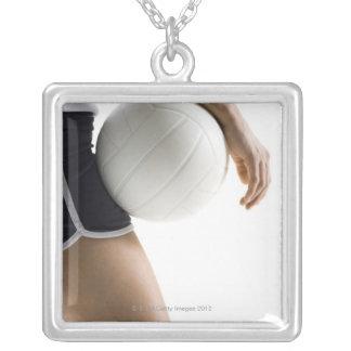 mujer que juega a voleibol colgante cuadrado