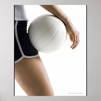 mujer que juega a voleibol posters