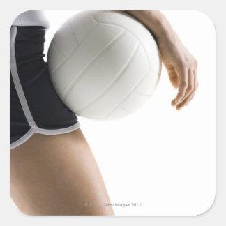 mujer que juega a voleibol calcomania cuadrada personalizada