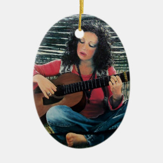 Mujer que juega música con la guitarra acústica adorno navideño ovalado de cerámica