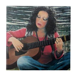 Mujer que juega música con la guitarra acústica azulejo cuadrado pequeño