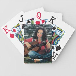 Mujer que juega música con la guitarra acústica baraja de cartas bicycle