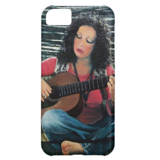 Mujer que juega música con la guitarra acústica carcasa iPhone 5C