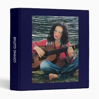 """Mujer que juega música con la guitarra acústica carpeta 1"""""""