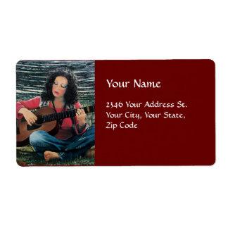 Mujer que juega música con la guitarra acústica etiquetas de envío