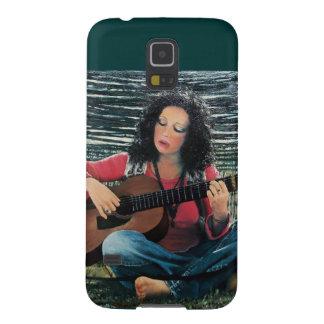 Mujer que juega música con la guitarra acústica funda galaxy s5