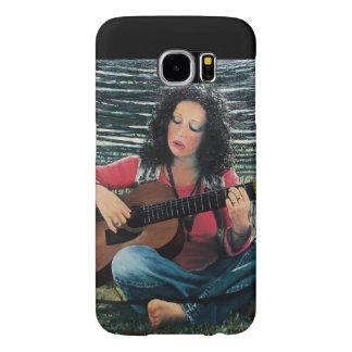Mujer que juega música con la guitarra acústica funda samsung galaxy s6