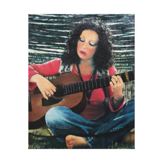 Mujer que juega música con la guitarra acústica impresión en lienzo