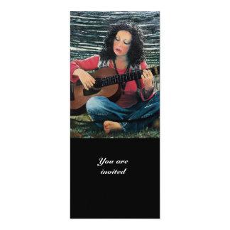 """Mujer que juega música con la guitarra acústica invitación 4"""" x 9.25"""""""