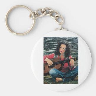 Mujer que juega música con la guitarra acústica llavero redondo tipo chapa