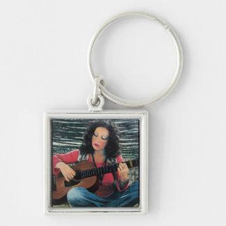 Mujer que juega música con la guitarra acústica llavero cuadrado plateado