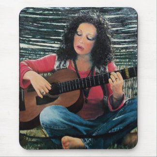 Mujer que juega música con la guitarra acústica mousepads