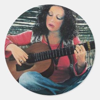 Mujer que juega música con la guitarra acústica pegatina redonda