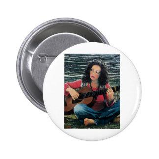 Mujer que juega música con la guitarra acústica chapa redonda 5 cm
