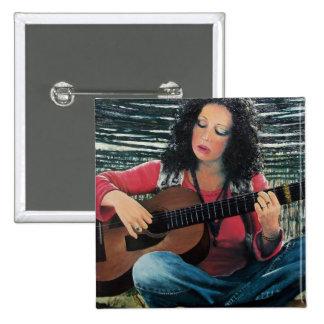 Mujer que juega música con la guitarra acústica chapa cuadrada 5 cm