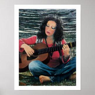 Mujer que juega música con la guitarra acústica póster