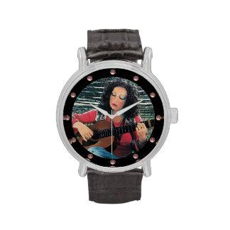 Mujer que juega música con la guitarra acústica reloj