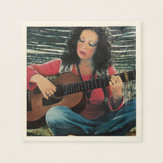 Mujer que juega música con la guitarra acústica servilleta desechable